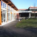 Schulhof mit Mensa